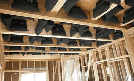 屋根裏に敷き詰めた1トンの炭。外気を換気するシステム。